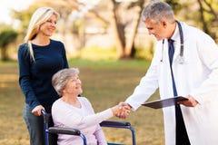 Paciente del mayor del doctor Fotografía de archivo libre de regalías
