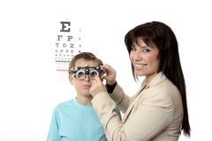 Paciente del optómetra y del niño fotografía de archivo