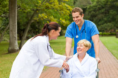 Paciente del saludo del doctor Fotografía de archivo libre de regalías