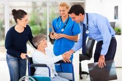 Paciente del saludo del doctor Fotos de archivo