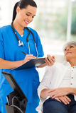 Paciente del trabajador de la atención sanitaria Foto de archivo libre de regalías