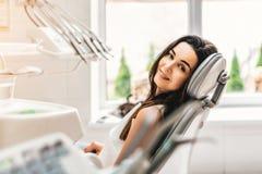 Paciente dental feliz na clínica dental fotos de stock