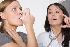 Paciente do doutor fêmea e da mulher nova fotos de stock