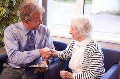 Paciente do doutor Greeting Senior Female com aperto de mão Foto de Stock