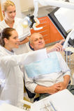 Paciente do homem na cirurgia dental do dentista da consulta Imagens de Stock