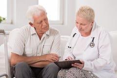 Paciente durante entrevista médica imagenes de archivo