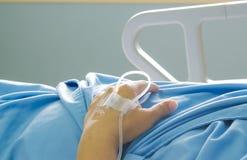 Paciente en cama de hospital Imágenes de archivo libres de regalías