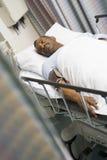 Paciente en cama de hospital Fotografía de archivo
