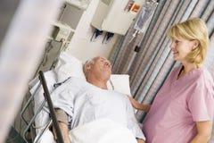 Paciente en cama de hospital Fotografía de archivo libre de regalías