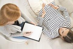 Paciente en canapé durante psicoanálisis Fotos de archivo libres de regalías