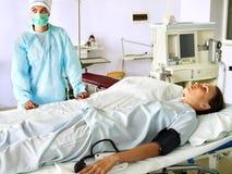 Paciente en la camilla en sala de operaciones. Fotografía de archivo