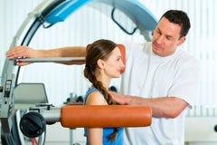 Paciente en la fisioterapia que hace terapia física Fotos de archivo libres de regalías