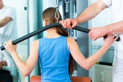 Paciente en la fisioterapia que hace terapia física Fotografía de archivo libre de regalías