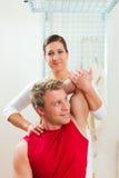 Paciente en la fisioterapia que hace terapia física Foto de archivo libre de regalías