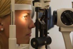Paciente en la lámpara rajada del óptico o del optometrista Fotos de archivo libres de regalías