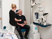 Paciente en la oficina del optometrista para el examen de ojo imagen de archivo libre de regalías
