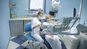 Paciente en una recepción en el dentista metrajes
