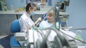 Paciente en una recepción en el dentista almacen de video
