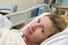 Paciente enfermo en cama de hospital Imagen de archivo libre de regalías