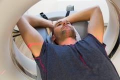 Paciente examinado en tomografía CT en la radiología Foto de archivo libre de regalías