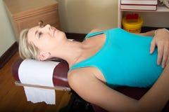 Paciente fêmea novo no Pin médico Fotografia de Stock Royalty Free