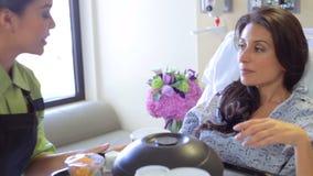 Paciente fêmea que é refeição servida na cama de hospital video estoque
