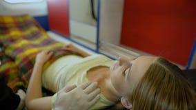 Paciente favorable del doctor profesional en ambulancia, empatía y amabilidad humana almacen de metraje de vídeo