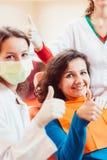 Paciente feliz después de la extracción del diente Fotografía de archivo