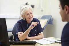 Paciente femenino de Meeting With Male de la enfermera fotos de archivo