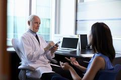 Paciente femenino del doctor In Consultation With en oficina Fotos de archivo