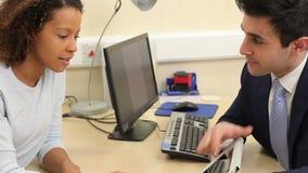 Paciente femenino del doctor Shows Results To en la tableta metrajes