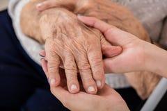 Paciente femenino del mayor del doctor Holding Hand Of Imagen de archivo