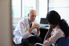 Paciente femenino deprimido del doctor In Consultation With Imagen de archivo libre de regalías