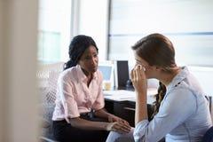 Paciente femenino deprimido del doctor In Consultation With Foto de archivo libre de regalías