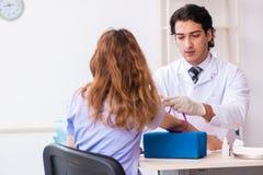 Paciente femenino durante procedimiento de muestreo del an?lisis de sangre foto de archivo libre de regalías