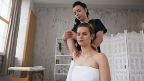 Paciente femenino durante terapia del tratamiento en la cl?nica metrajes