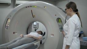 Paciente femenino en el Ct o máquina del escáner de Mri durante el proceso de la radiografía, 4k metrajes