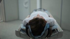 Paciente femenino en el Ct o m?quina del esc?ner de Mri durante el proceso de la radiograf?a, 4k metrajes