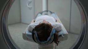 Paciente femenino en el Ct o m?quina del esc?ner de Mri durante el proceso de la radiograf?a, 4k almacen de video