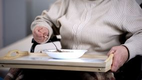 Paciente femenino envejecido que come las gachas de avena, asistencia médica en el hospital, clínica de reposo fotografía de archivo