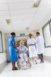 Paciente femenino mayor de la mujer en silla de ruedas y enfermera en hospital fotografía de archivo libre de regalías