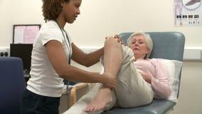 Paciente femenino mayor que tiene fisioterapia en hospital metrajes