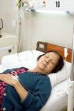 Paciente idoso doente que dorme durante o descanso de cama Imagens de Stock Royalty Free