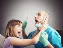Paciente irritado pelo dentista Imagem de Stock