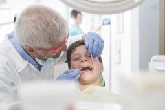 Paciente joven del muchacho en el dentista Imagenes de archivo