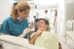 Paciente joven del muchacho en el dentista Imagen de archivo