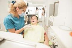 Paciente joven del muchacho en el dentista Foto de archivo