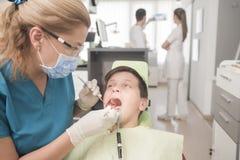 Paciente joven del muchacho en el dentista Fotografía de archivo