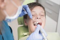 Paciente joven del muchacho en el dentista Foto de archivo libre de regalías
