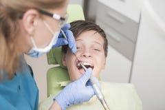 Paciente joven del muchacho en el dentista Fotos de archivo